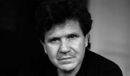 Abdelwahab Meddeb nasceu Tunis en 1946, é escritor, professor e ensaista.