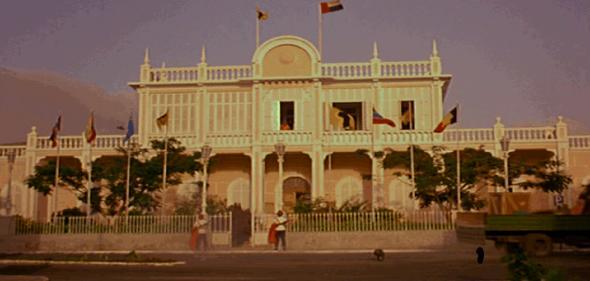 FIGURA 4 _ A imagem de Cabral caída em frente ao Palácio do Povo (Cabo Verde).