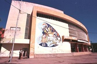 Fachada do Cinema '3 de Fevereiro' (desativado), na cidade da Beira/ Moçambique (Foto: Chico Carneiro)