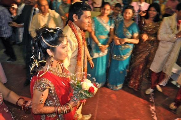 os noivos Jatin e Mital inaugurando as cerimónias matrimoniais de três dias no templo de Maputo
