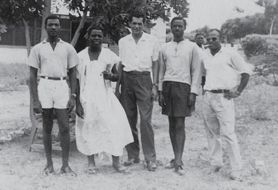 """Lúcio Lara com Isaac Tchoumba Ngouankeu e Thomas """"Costa"""" (militantes da UPC), no African Affairs Center, em Accra (1960)"""
