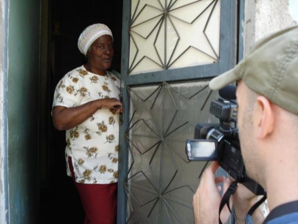 Tia Lúcia, filmada pelo autor, entrando na sua casa no Morro do Pinto (Julho 2008). Foto (c) André Cicalò.