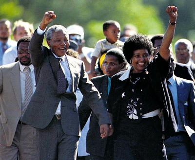 Nelson Mandela com a mulher, Winnie, a sair da prisão ULLI MICHEL/REUTERS