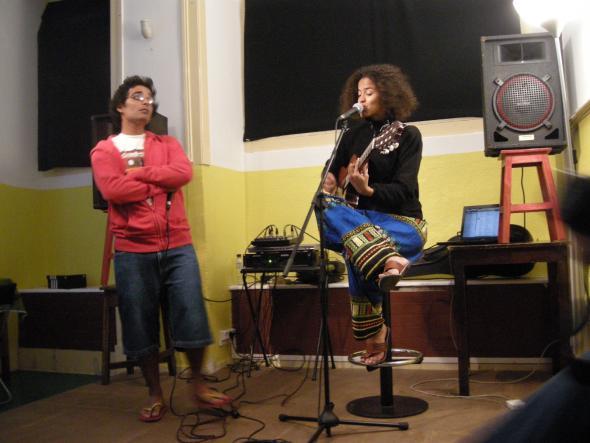 Aline Frazão e Ikonoklasta num concerto em lisboa, casa do brasil, julho 2011 -produçao buala