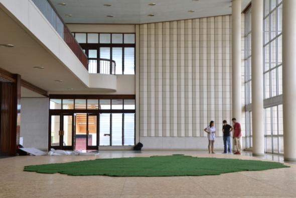 início da montagem da exposição 'Inventariar as roças de S.Tomé e Príncipe' de Rodrigo Andrade e Duarte Pape