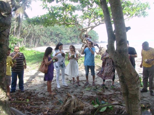 na praia a comer coco a caminho dos Angolares