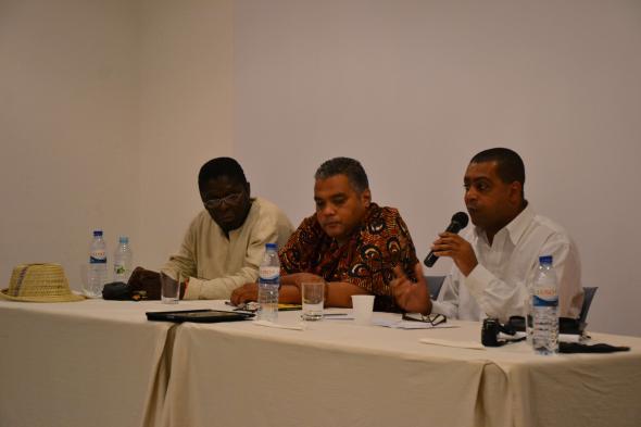 o moçambicano Ungulani Ba Ka Khosa, o guineense Waldir Araújo e o caboverdiano Filinto Elísio. foto de Miguel Ribeiro