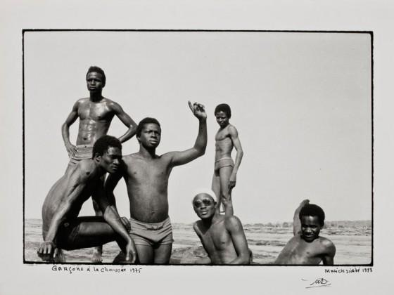 Fotografia de Malick Sidibé, Garçons à la chaussée, 1975-1998. Gelatina e prata. 33,3 X 40,3 cm.