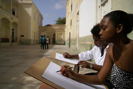 Aula de desenho 1  no pátio M_EIA, S. Vicente. Fotografia de Rita Rainho, 2012.