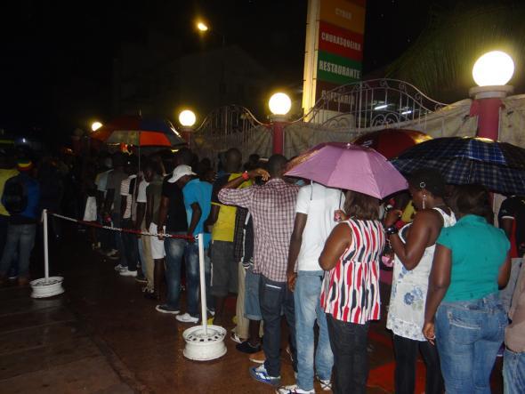 Público em fila para acesso ao concerto do Masta Tito no espaço Lenox, Bissau, Setembro de 2012.