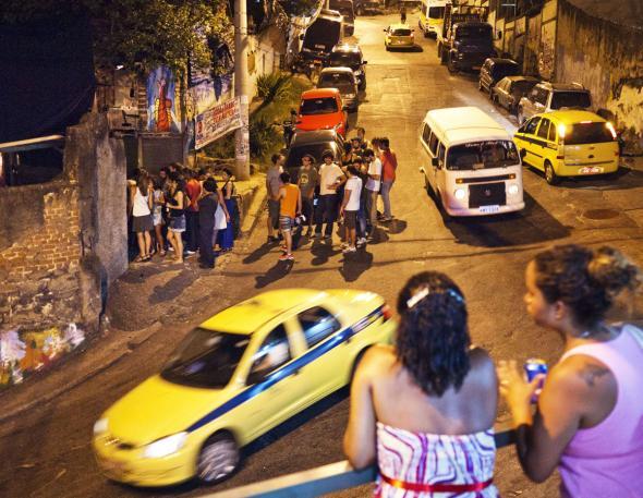 """Território controlado. Moradoras do Vidigal observam a entrada na festa Lamparina. As festas dos """"playboys"""" continuam a perturbar o sono da comunidade, a exemplo dos bailes funk agora praticamente proibidos"""