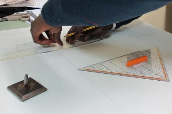Fig.7 - Um alfaiate utiliza os instrumentos de precisão próprios para a disciplina de modelagem.