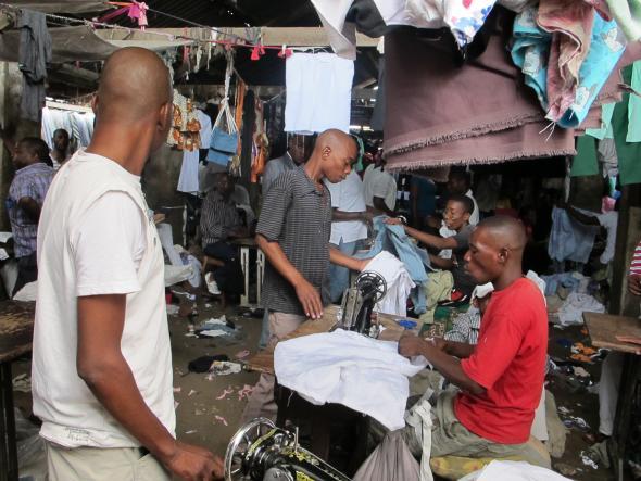 Fig. 1 - Alfaiates africanos a trabalhar no mercado de Xipamanine, em Maputo.