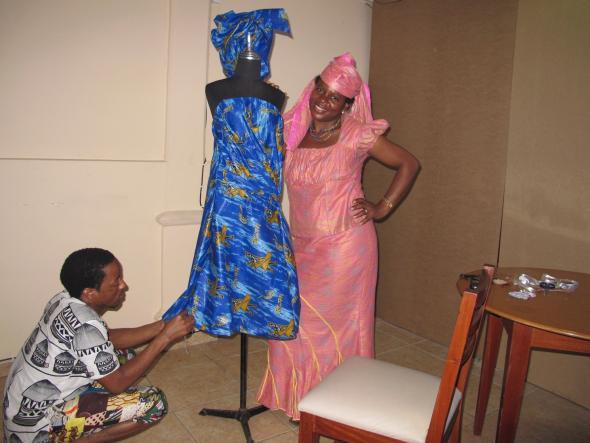 Fig. 2 - O alfaiate a trabalhar com a estilista durante o workshop desenvolvido pela autora em Maputo.