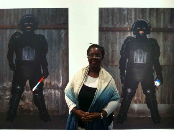 Bisi Silva na exposição dos finalistas do Prémio PIPA, com o trabalho de Berna Reale, Museu de Arte Moderna do Rio de Janeiro. Foto de Marta Mestre