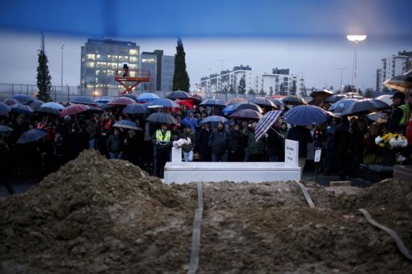 Adeptos à espera da chegada do caixão de Eusébio REUTERS/RAFAEL MARCHANTE