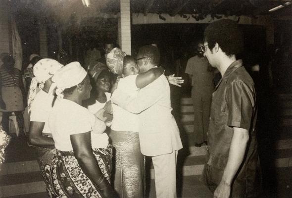 Manuel Rui acompanha Agostinho Neto em visita às comunidades