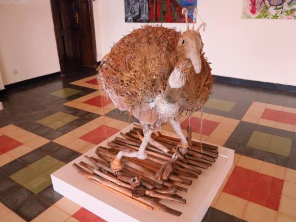 Avestruz de Jean-Claude Sekijege, artista ruandês.