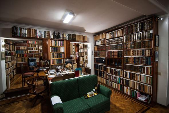 A primeira parte da biblioteca de Daniel Nunes fica numa mezzannine sobre a sala; a segunda fica na cave, onde estão arrumados mais de 30 mil volumes. foto de João Silva