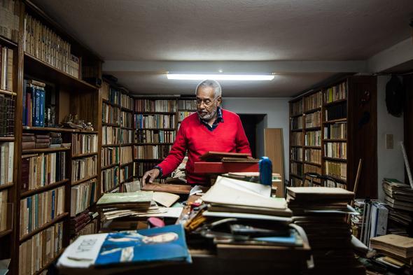 Daniel Nunes começou a coleccionar livros sobre África quando era um jovem estudante em Lisboa – a história da escravatura é um dos seus principais interesses. foto de João Silva.