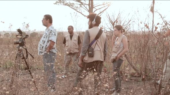 Equipa Trilhos a entrevistar no Kwanza Sul. Paulo Lara junto à câmara. ATD/G80