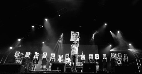 Batida displays posters of the 16 detained Angolan activists (by Luís Macedo)