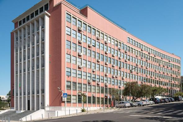 Em A Tendency to Forget (até 11 de Outubro) a artista incita-nos a questionar a vizinhança, em Lisboa, do Museu Nacional de Etnologia com o edifício onde, até ao 25 de Abril, funcionava o Ministério do Ultramar (actual sede do ministério da Defesa), ao qual Salazar dava a maior relevância