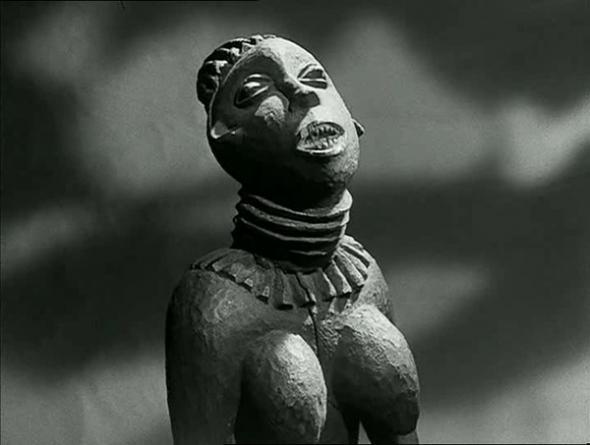«Quand les hommes sont morts, ils entrent dans l'histoire. Quand les statues sont mortes, elles entrent dans l'art. Cette botanique de la mort, c'est que nous appelons la Culture», afirma Chris Marker em voz-off no plano inicial.