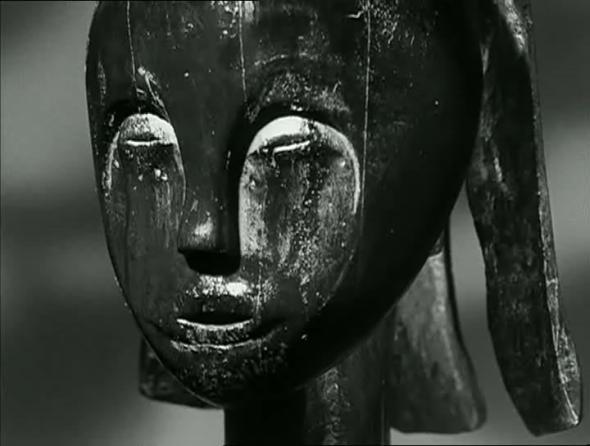 As estátuas também morrem é um ensaio estético e etnográfico que pretende compreender os motivos pelos quais a arte negra (sobretudo a escultura) não estava à época representada nos principais museus ocidentais.