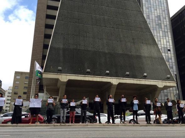 Protesto na avenida Paulista, Em Legítima Defesa, diante da FIESP - A casa grande moderna. Dia 13 de maio de 2016 (Fonte Folha de S. Paulo)