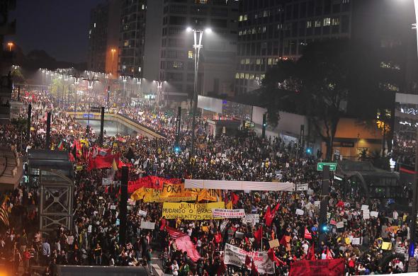 Manifestação na Av. Paulista em São Paulo no dia 20 de junho de 2013. Neste dia cerca 1.4 milhões de pessoas estão nas ruas em mais de 120 cidades pelo Brasil. As revoltas são desencadeadas inicialmente pela luta do Movimento Passe Livre (MPL) contra o aumento da tarifa nos transportes públicos. O MPL existe desde 2005 na sequência da Revolta do Buzu (Salvador, 2003) e da Revolta da Catraca (Florianópolis, 2004).