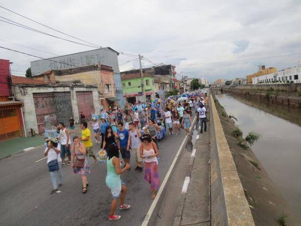 O desfile de carnaval do Bloco Fluvial do Peixe Seco em 2016. O bloco, iniciado em 2014, percorre o rio durante o carnaval buscando despertar o olhar para os milhares de quilómetros de rios que se encontram debaixo do asfalto ou transformados em esgotos. São frequentes na cidade alagamentos e derrocadas durante as chuvas de verão. Vários outros coletivos – como o Rios e Ruas, Rios Invisíveis, A Cidade dos Rios Invisíveis, Nascente SP - têm surgido com o objetivo de pensar os rios e as nascentes desta cidade que no início de 2015 viveu um clima de pré-apocalipse durante a seca que provocou o colapso do abastecimento de água (Foto de Jean Carlo Cunha).