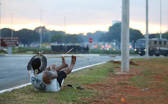 A propósito da Copa Mundial e em defesa pelos direitos das terras ameríndias, surgiu um conflito entre os indígenas e a policia (Brasília, Brasil, 2014)
