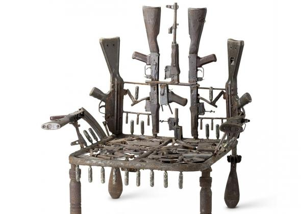Furniture made of guns, de Gonçalo Mabunda