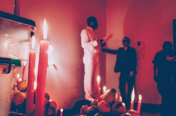 instalação-performance Túmulo de uma zungueira desconhecida, de Kiluanji kia Henda e Orlando Sérgio.