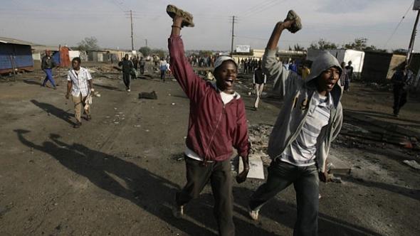 Mobs a lançarem pedras contra estrangeiros, alguns dos quais a trabalhar com visto.