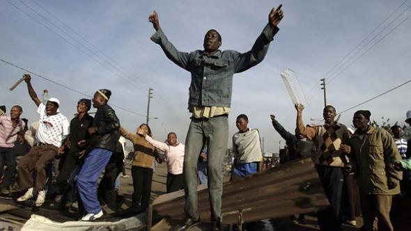 Sul africanos a entoar canções nativistas e a incitar á luta contra zimbabueanos; muitos procuraram refúgio em esquadras e igrejas.