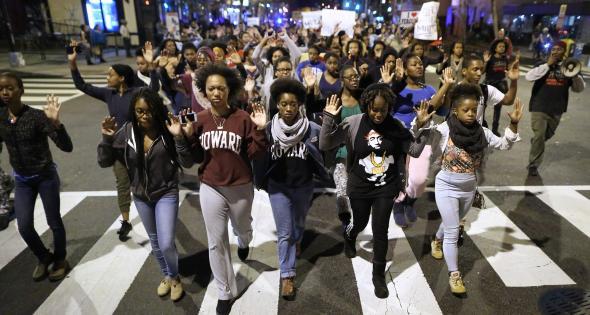 Estudantes da Howard University em demonstração de solidariedade pela morte de um adolescente negro pelas forças policiais CHIP SOMODEVILLA, GETTY IMAGES.