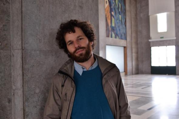 Bruno Morais Cabral, realizador da série História a História, na Gare Marítima da Rocha do Conde de Óbidos, onde foi filmado um dos episódios. Fotografia de Nicholas Spiers.