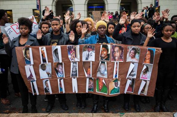 Estudantes manifestam-se pela morte de Michael Brown, o jovem desarmado morto por um elemento da polícia de Ferguson.