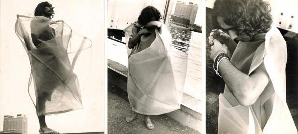"""Luis Fernando Guimarães veste """"Parangolé"""", Nova Iorque, 1972."""