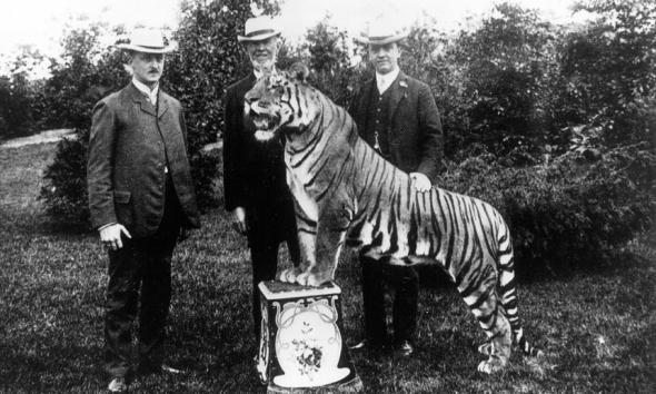 Colecionador de animais Carl Hagenbeck com os seus filhos e um tigre Bengal, 1907. Fotografia de Ullstein Bild/Getty Images