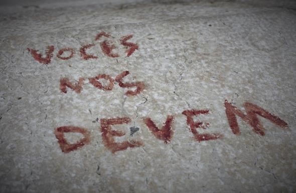 Fragmento da obra 'A Ferida Colonial Ainda Dói', vol. 6 vocês nos devem, de Jota Mombaça para Videobrasil, 2017. Foto Inês Abreu e Joana Maia.