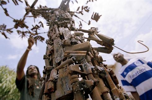 Tree of Life, escultura por Hilario Nhatugueja, Kester, Fiel dos Santos e Adelino Serafim Maté