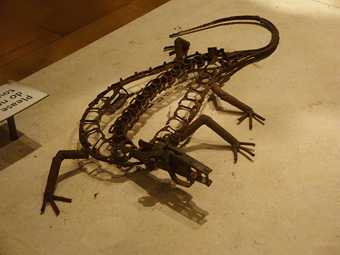 Pormenor da escultura Tree of Life, obra por Hilario Nhatugueja, Kester, Fiel dos Santos e Adelino Serafim Maté.