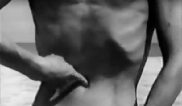 still de 細江英公 (Heso to genbaku Navel and A-Bomb) de 「へそと原爆」 (Eikoh Hosoe e Tatsumi Hijikata), 1960