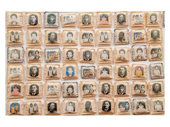 'Parede da Memória', tecido, microfibra, xerox, linha de algodão e aquarelaTecido, microfibra, xerox, linha de algodão e aquarela. 8,0 x 8,0 x 3,0 cm cada elemento - 1994/2015.