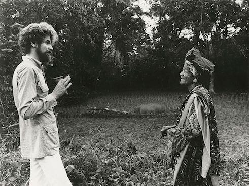 Hubert Fichte com Mother Darling, religiosa Yorubá, no ano de 1974.   Foto bpk/ Fundação S. Fischer Stiftung/ Leonore Mau