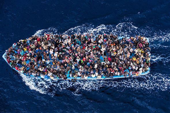 Imagem das Nações Unidas utilizada para ilustrar um artigo no site World Maritime News sobre a morte de migrantes em 2016. Foto de Massimo Sestini.