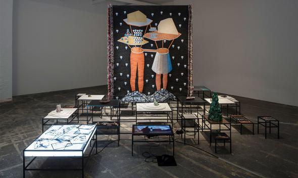 Vista da instalação de Otobong Nkanga, In Pursuit of Bling, 2014. Cortesia da artista e Berlin Biennale for Contemporary Art.